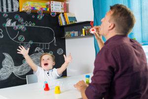 Muži sa podľa skupinových rozhovorov s pedagógmi v rakúskych škôlkach hrajú s deťmi bláznivejšie a dávajú svojim zverencom väčšiu zodpovednosť.