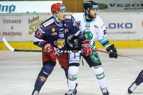 Michal Novák (v modrom) vymenil zvolenský dres za novozámocký.