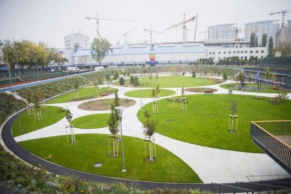Podobne ako pri parku Jama budú súčasťou revitalizácie parku na Ľudovom námestí vodozádržné opatrenia.