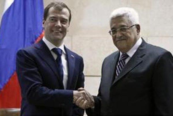 Ruský prezident Dmitrij Medvedev (vľavo) a  palestínsky prezident Mahmúd Abbás na stretnutí  v Jerichu.