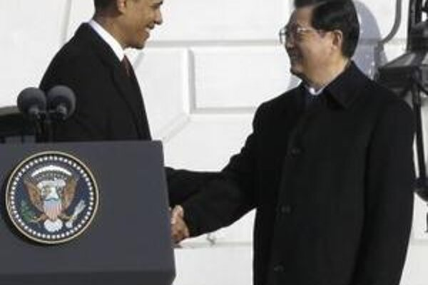 Príchod najvyššieho čínskeho predstaviteľa do Bieleho domu sprevádzalo 21 sálv, nástup čestnej stráže a hymny oboch krajín.