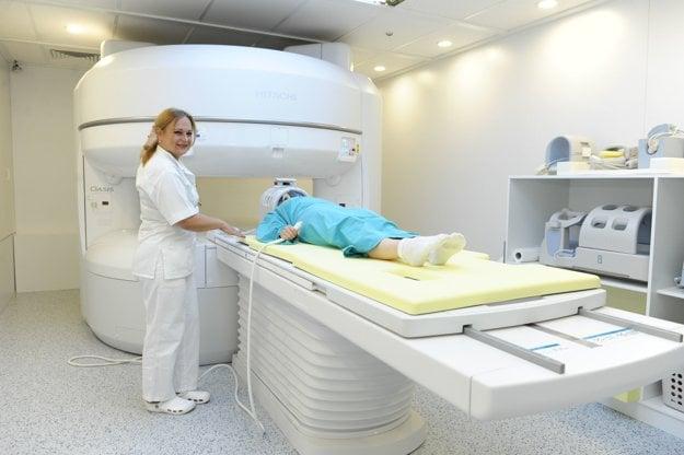 Prednostka Kliniky rádiológie MUDr. Tatiana Muchová, PhD. pri novom magnete Nemocnice Košice-Šaca