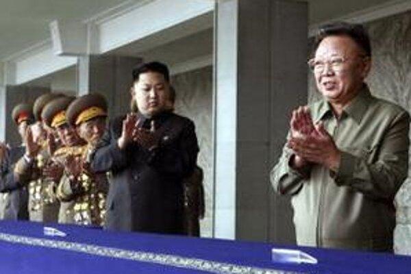 Severokórejskému prezidentovi (vpravo) tlieskajú syn i generalita.