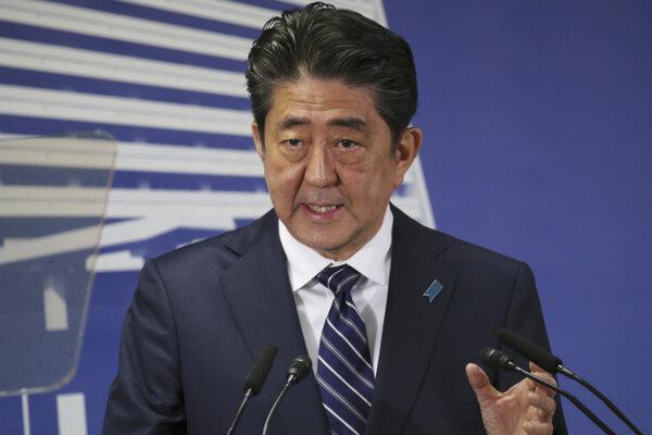 Abe obhájil post premiéra, chce zastaviť Severnú Kóreu a vymieranie Japonska