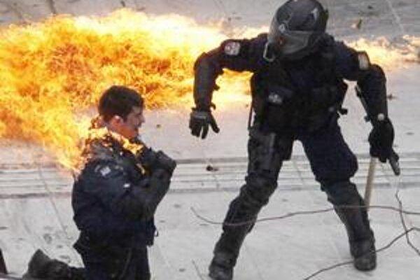 Demonštranti hádzali na policajtov Molotovove koktaily.
