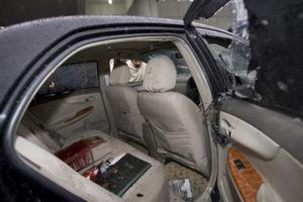 Pohľad na interiér dostrieľaného auta, v ktorom zahynul pakistanský minister pre menšiny Šáhbáz Bhattí.