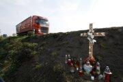 Osem obetí dopravnej nehody už pripomína drevený kríž. Ľubica († 55), Katarína († 54), Anna († 48), Alena († 47), Lucia († 36), Jana († 34), Júlia († 28) aMilan († 54) zomreli na ceste domov.
