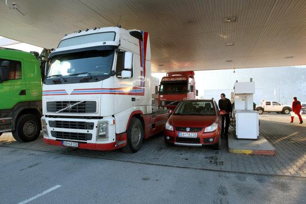 Dopravné firmy sa čoraz viac pozerajú po cene paliva.