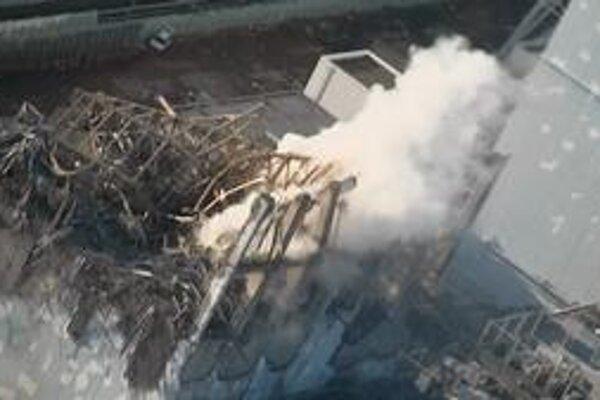 Vrtuľníky a autá mali schladiť horúci reaktor číslo tri, ktorého vonkajší obal zničil výbuch.