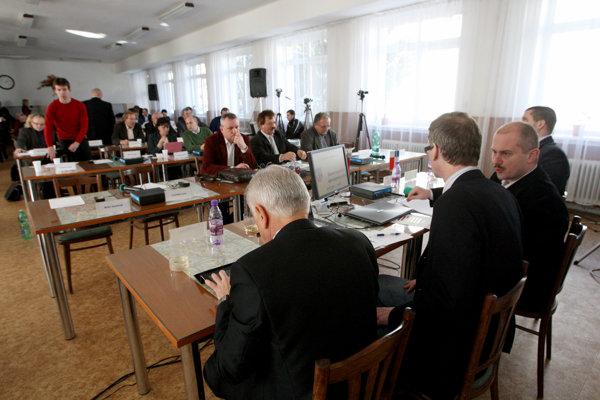Poslancov v banskobystrickom kraji zomkol aj štýl politiky extrémistu Mariana Kotlebu, ktorý robil na zasadnutiach obštrukcie.