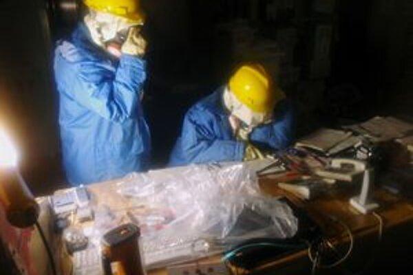 Inžinieri zbierajú dáta v zamorenej kontrolnej miestnosti reaktorov 1 a 2.