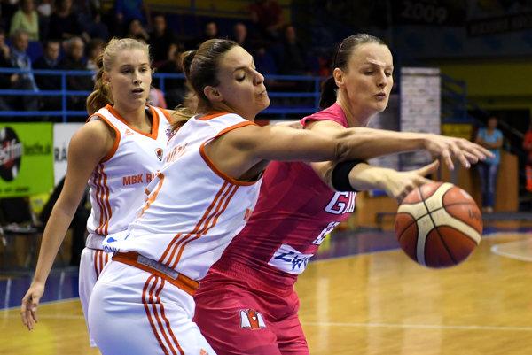 Na snímke vpravo hráčka Košíc Anna Jurčenková, uprostred hráčka Ružomberka Bettina Bozókiová.