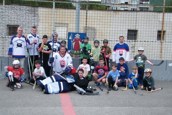 Rodičia pripravili hokejovú akciu pre deti.