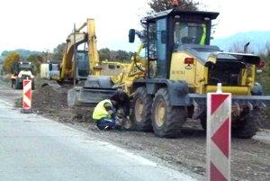Na jedenástich úsekoch stavby sa už pokladá asfalt.