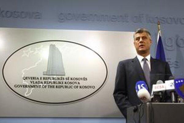 Premiér sa pred novinármi v Prištine bránil správe.