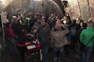 Historické pivnice sa zaplnili vínom a ľuďmi.