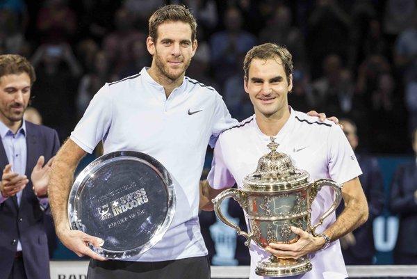Víťaz turnaja v Bazileji Roger Federer (vpravo) a porazený finalista Juan Martin del Potro.