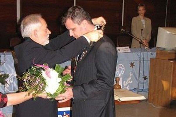 Ustanovujúce rokovanie mestského zastupiteľstva. Odchádzajúci primátor Stanislav Bernát (vľavo) v roku 2006 odovzdáva okrem insignií novému primátorovi Martina Andrejovi Hrnčiarovi aj kauzu Martinské hole.