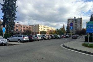 Parkovanie pred mestským úradom.