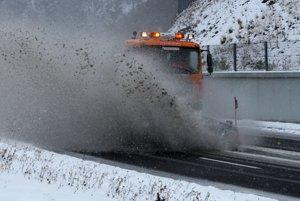 Na Donovaloch počítajte s ťažkým a mokrým snehom, cestári sú v pohotovosti.