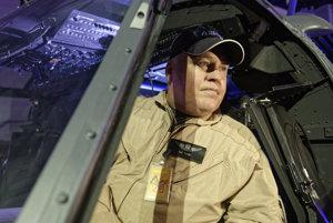 Americký pilot Lee Tingey v kokpite vrtuľníka Sikorski UH-60 Black Hawk.