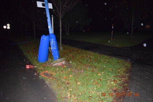 Opitá vodička zdemolovala aj stĺp verejného osvetlenia.