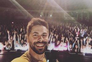 Fotka na pamiatku. Adam si na každom koncerte urobí spoločnú fotku s publikom.