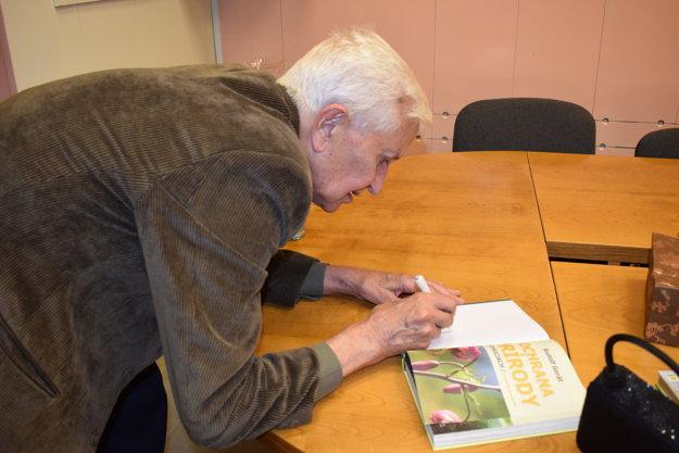 Rudolf Gerát pri podpisovaní svojej najnovšej knihy.
