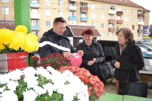 Albert Antolik predáva živé kvety.