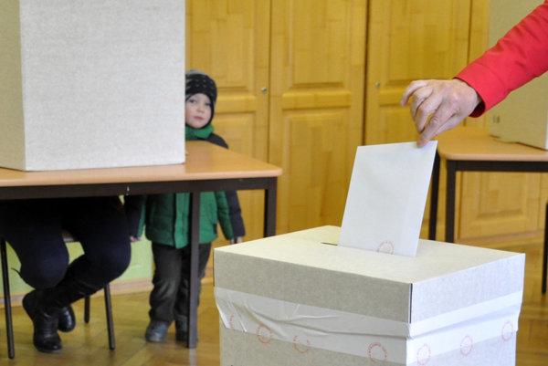 Volebné miestosti sú otvorené, hlasovanie sa začalo.