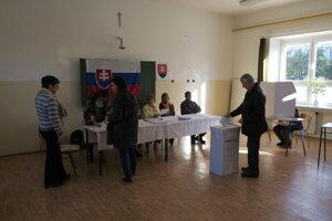 Voliť chodia zatiaľ najmä starší obyvatelia Piešťan.