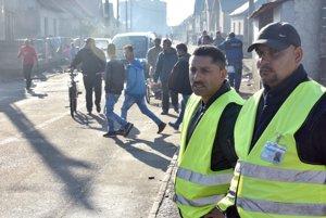 Na snímke rómska poriadková služba pred volebnou miestnosťou počas volieb do orgánov samosprávnych krajov v rómskej osade v Trebišove.