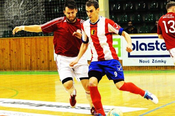 Ústrednou postavou zápasu bol autor troch gólov Patrik Vašek (na zábere pri lopte).