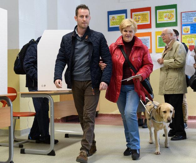 Nevidiaca Iveta Zbraneková z Nitry volila s asistentom.