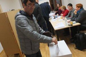 Voličov prichádzalo dosť aj vo večerných hodinách.