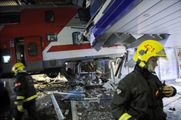 Osobný vlak preletel nárazníkovú zónu a nabúral do hotela na hlavnej železničnej stanici vo fínskych Helsinkách.