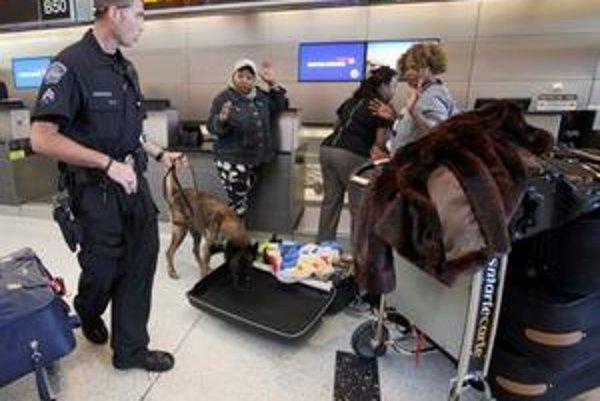 Letisková polícia so psom Baxom kontroluje batožinu na losangeleskom letisku. Rovnaké kontroly sú na každom americkom letisku.