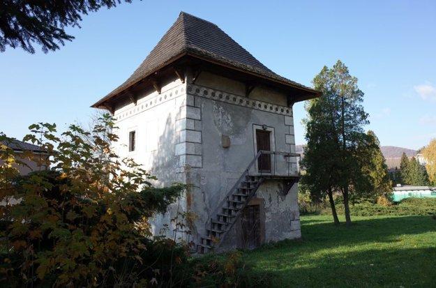 Obytná veža bola súčasťou opevnenia.