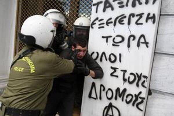 V piatok vyšlo do ulíc Atén podľa odhadov až 12-tisíc demonštrantov. Proti niektorým zasahovali policajti.