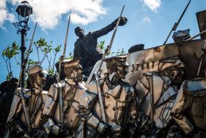 Veľký bronzový pamätník Bélu Kuna z roku 1986 je súčasťou Memento parku v Budapešti. Vodca maďarských boľševikov žil po porážke Maďarskej republiky rád v Sovietskom zväze, kde ho v roku 1938 v rámci Stalinových čistiek obvinili z trockizmu (napriek tomu, že bol fanatickým stalinistom), odviedli do gulagu a popravili.