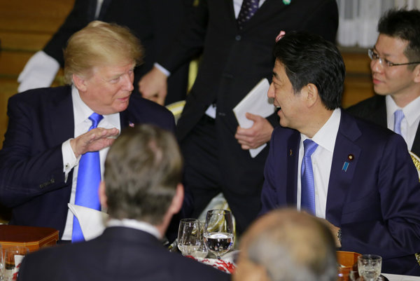 Trump pri stretnutí s Abem.