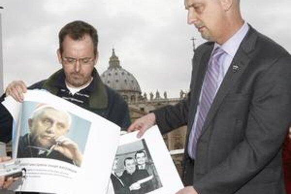 Plagát vyzývajúci na zatknutie reverenda Murphyho vytvorili obete, ktoré sexuálne zneužíval. Prípad pedofilného kňaza sa dostal po desaťročiach späť do Vatikánu.  Demonštranti  vo štvrtok vysvetľovali ľuďom úlohu pápeža, ktorý reverenda nepotrestal.