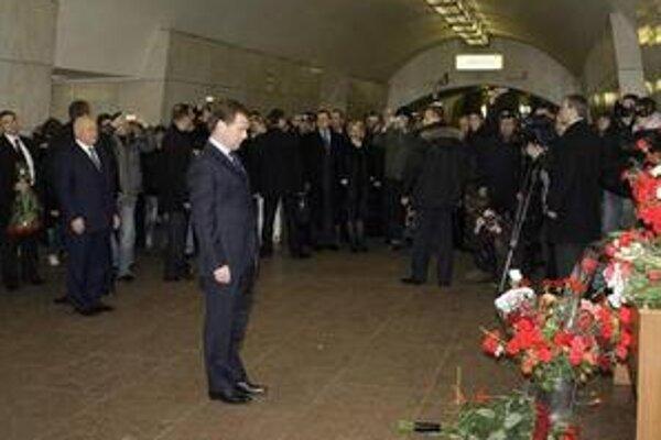Ruský prezident Dmitrij Medvedev si minútou ticha a položením kytice kvetov uctil pamiatku obetí bombového útoku pred stanicou moskovského metra Lubjanka.