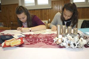 Dievčatá píšu list Ježiškovi počas otvorenia 19. ročníka Vianočnej pošty a uvedenia poštovej známky.