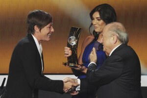 Hope Solová a Sepp Blatter odovzdávajú výročnú cenu FIFA futbalistke Abby Wambachvovej v Zurichu v januári 2013. Práve pred touto udalosťou sa v zakúlisí údajne Blatter dotýkal Solovej zadku.