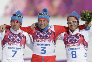 Veľká radosť 24. februára 2014. Vtedy v Soči na domácich olympijských hrách triumfovali v behu na lyžiach na 50 kilometrov Rusi. Zľava strieborný Maxim Vylegžanin, víťaz Alexander Legkov a bronzový Iľja Černousov.