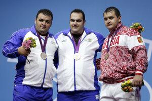 Ruský vzpierač Ruslan Albegov (vpravo) dostal dištanc pre podozrenie z dopingu.