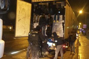 Polícia zadržala v dvoch kamiónoch 78 nelegálnych migrantov.