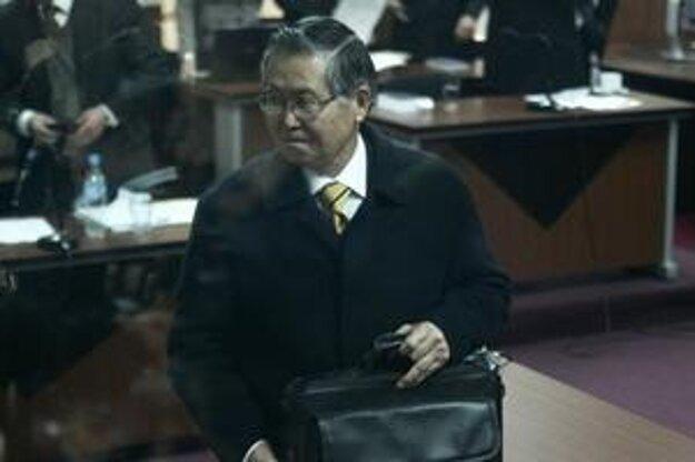 Alberto Fujimori v súdnej sieni.