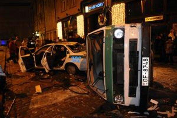 Protestujúca lotyšská mládež zaútočila aj na policajné vozidlá.